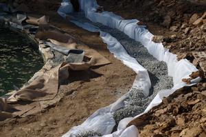 Укладка геотекстиля для глины