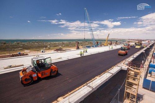 На Крымском мосту приступили к укладке первого асфальта