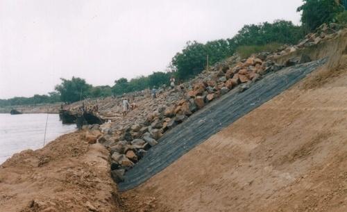 Применение геотекстиля для берега реки и канала