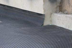 С помощью каких материалов можно добиться гидроизоляции бетонного основания