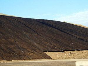 Укладка геоматов в почву над нефтепроводом