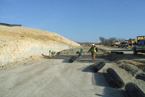 Укладка геосетки в асфальтобетонное дорожное покрытие и откосы